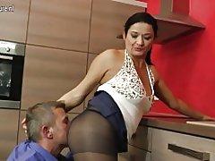 Hot νοικοκυρά γαμημένο στην κουζίνα