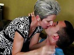 Ώριμη skinny μαμά πιπιλίζουν και fuck νεαρό αγόρι & s κόκορας